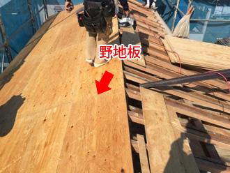 垂木の上から野地板を設置