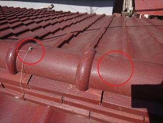 棟瓦が崩れた時に屋根から落下しないようにあるはずの銅線が切れてなくなっています