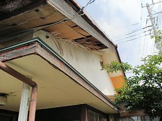 軒天(ベニヤ)が剥がれてしまった邸宅