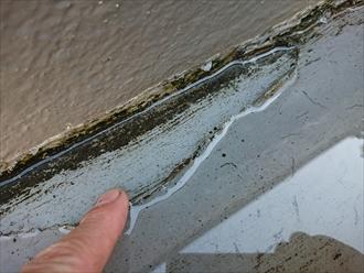 鎌倉市大町にてバルコニーより大雨時限定で雨漏り発生、表面に切れ目がある場合は塗装ではなく防水工事が必要です