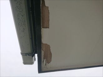 地上やベランダから見上げた時に軒天の塗装が剥がれて下地木が出ている時は修繕が必要です