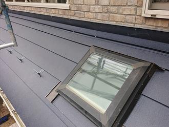 屋根と外壁の取り合い部分には水切り板金が取り付けられます