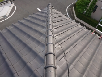 銀黒の和瓦で葺かれた屋根