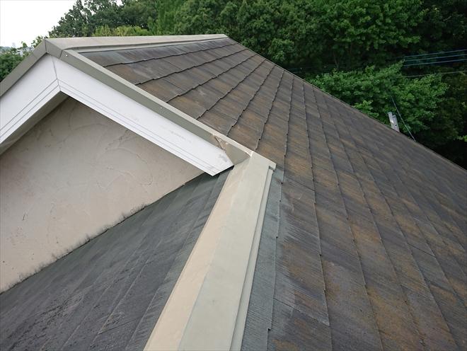 切妻屋根で棟違いになっている屋根