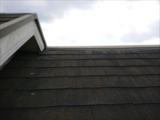 6寸勾配の化粧スレート葺き屋根は苔やカビで真っ黒でした