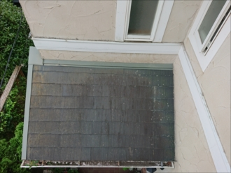 下屋根は日当たりが悪く汚れが繁殖しやすい