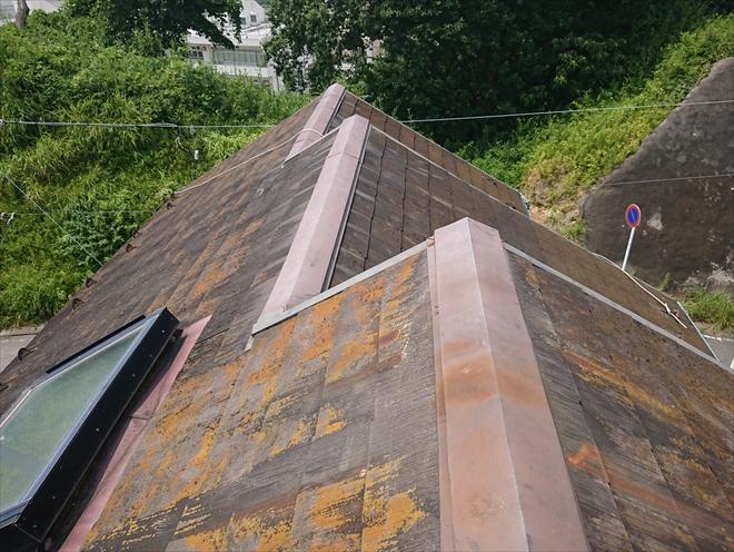 葉山町堀内にて築30年ノーメンテナンスの化粧スレートは苔やカビで覆われて雨漏りが心配です