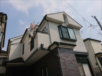 屋根に上がる前に外壁や幕板も傷んでいる様子が窺えたお住まい