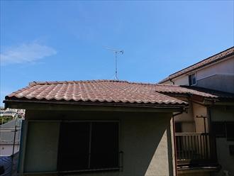 地上から見えるだけでも屋根が白く剥げている箇所が確認できます
