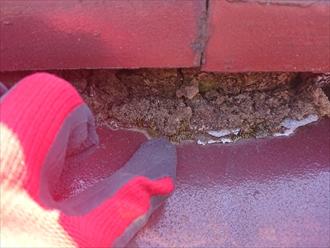 漆喰が剥がれて程されなくなった土台葺き土が雨水を吸ってボロボロです