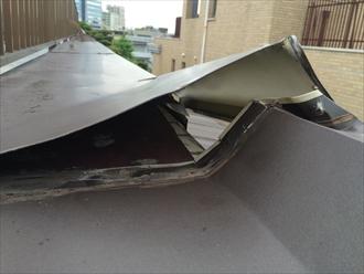 マンション屋上に取り付けてある笠木は板金が2枚構造になっている