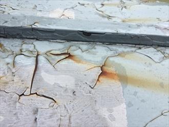 浮いた塗膜の隙間から錆水が出ている