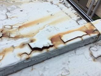 大和市下鶴間で板金屋根の調査、表面の塗膜が剥がれて錆び出しておりました