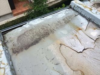 屋根面が歪んで雨水が溜まるようになっている