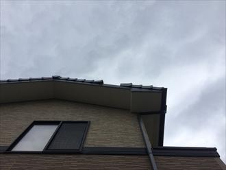 屋根から瓦が落下