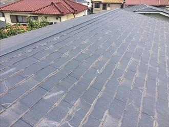 勾配の緩いスレート屋根を調査