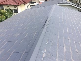 勾配の緩いスレート屋根を点検