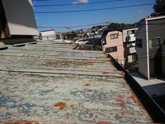 下屋根の折半屋根も錆びている様子