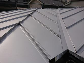 屋根葺き替え工事で縦葺きの金属屋根へ