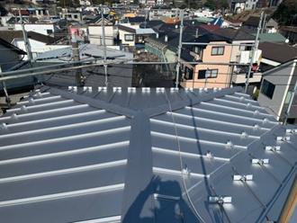 屋根葺き替え工事で立平葺きの金属屋根になりました