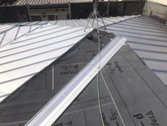 金属屋根で葺いていきます