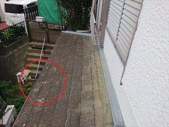 下屋根のスレートが瓦が落下した事により破損しておりました