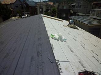 屋根カバー工法 ルーフィング設置の様子