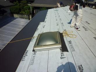 屋根カバー工法 ルーフィング設置後、屋根材を取り付け