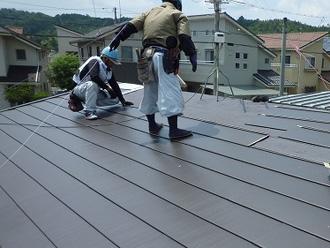 屋根カバー工法 ルーフィング設置後、屋根材を取り付けて棟板金なども設置する