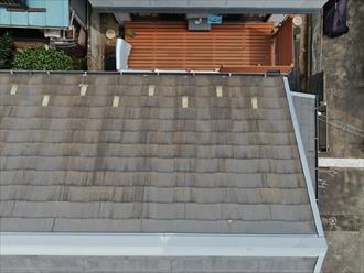 表面が劣化すると苔も付着しやすくなるスレート屋根