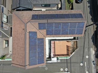 ソーラーパネルの付いた屋根を調査