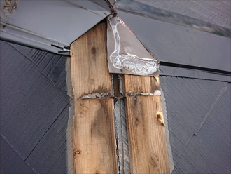 横浜市磯子区洋光台にて強風により棟板金が飛散してしまった原因は貫板の経年劣化にありました