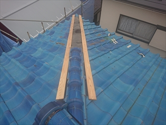 逗子市桜山にて強風の影響で棟瓦が倒壊、すぐ隣の新築現場に二次被害が起きそうになっておりました