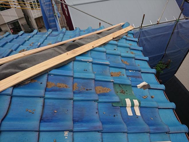 棟が倒壊し、ルーフィングや貫板で養生されています