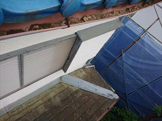 瓦が落下した側の軒樋内に葺き土が大量に残っておりました