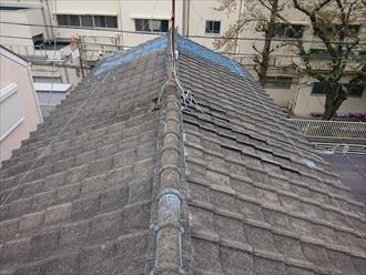 鎌倉市大船にて令和元年東日本台風の猛威によりセメント瓦葺き屋根から室内へ雨漏り発生、オークリッジスーパーにて葺き替え工事を行いました