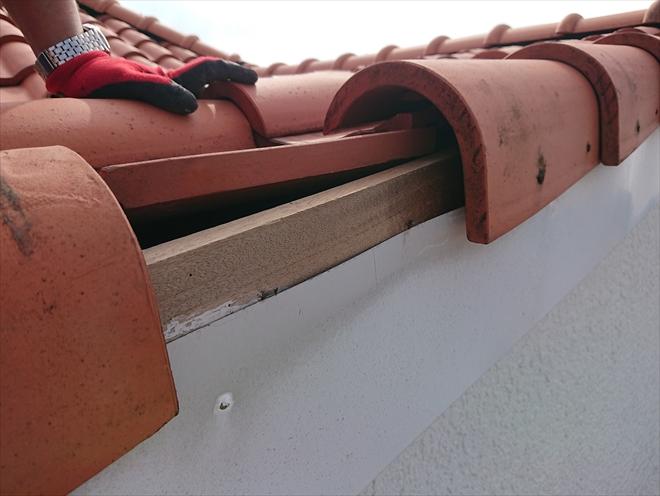 側面から胴縁に打たれている釘が抜けて落下してしまったケラバ役物