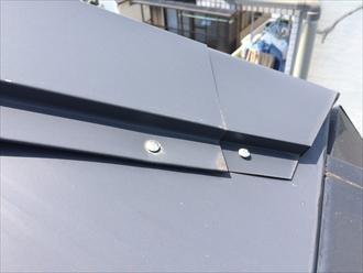 海老名市社家で板金屋根の調査、棟板金の浮きと固定方法に問題がありました