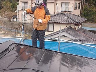 トタン屋根の塗装の様子 高圧洗浄