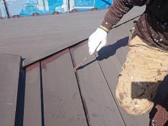 トタン屋根の塗装の様子 刷毛でトタン屋根の折り目部分を塗装