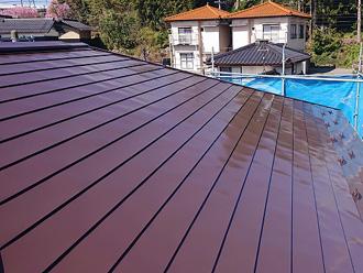 トタン屋根の塗装の様子 中塗り完了後