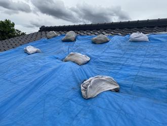 横浜市鶴見区江ケ崎町で台風19号により被災した屋根の調査、瓦にはズレや破損が生じていました