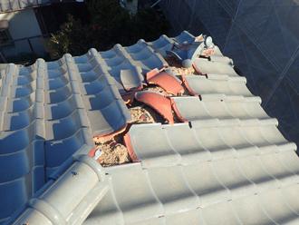 台風により隅棟が被災し、周辺の瓦もズレている様子