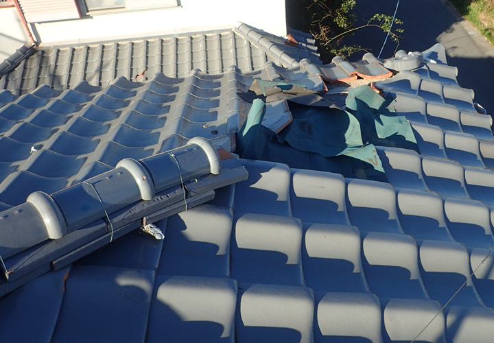 横浜市港北区岸根町にて台風19号で被災した瓦屋根の調査、隅棟が崩壊し防水紙が見えていました