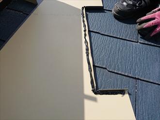 隙間からの雨水の侵入を防ぐ為に裏にはシーリング施工