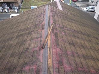 勾配が緩い切妻屋根にある棟が飛散