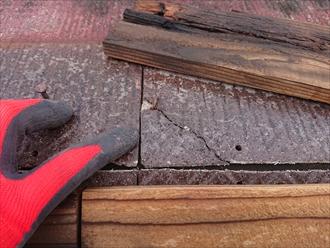 棟板金が被さって本来は表に見えない箇所のスレートも割れている様子