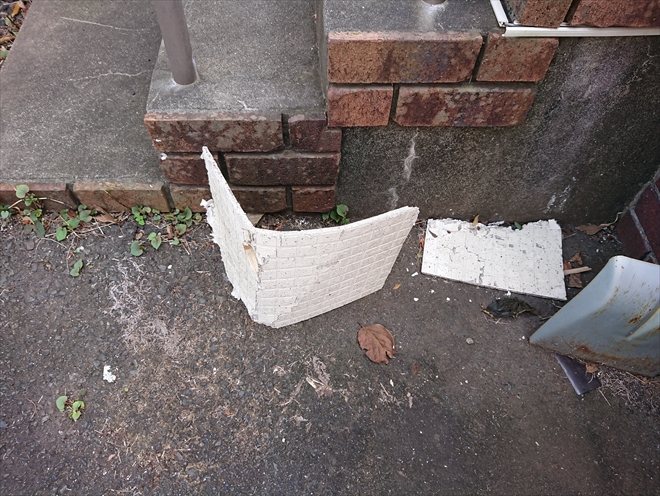 茅ヶ崎市出口町にて雨漏り発生、上裏に設置されていたケイカル板が地面に落ちてしまっておりました