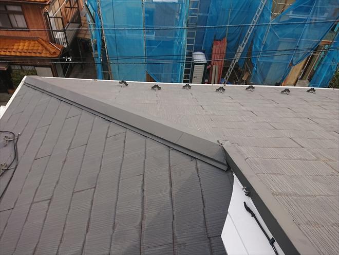 急勾配で入母屋造りの屋根