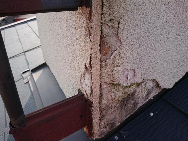 以前設置されていたテレビアンテナの支え金具の錆とメンテナンスしていなかった影響で外壁材が雨水を吸ってボロボロになっております